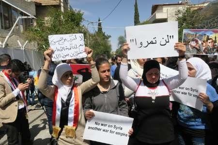 مردم سوریه در اعتراض به حمله آمریکا مقابل دفتر سازمان ملل در دمشق تجمع کردند