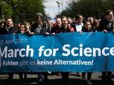 راهپیمایی جهانی دانشمندان علیه سیاستمداران و ترامپ