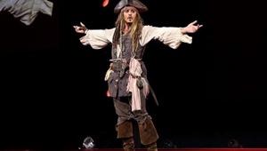 جانی دپ با لباس کاپیتان اسپارو به دیزنیلند رفت | شگفتزدگی مردم