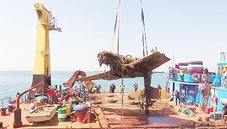 هواپیمای جنگ جهانی از دریا بیرون کشیده شد