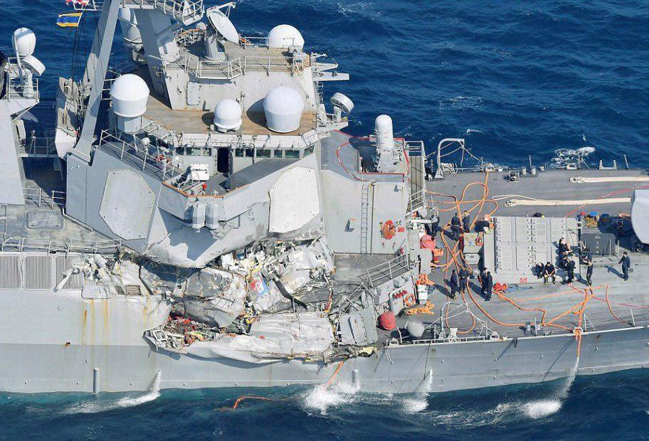 برخورد ناو آمریکایی با کشتی تجاری