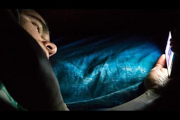 استفاده از تلفن همراه در شب نوجوانان را افسرده میکند