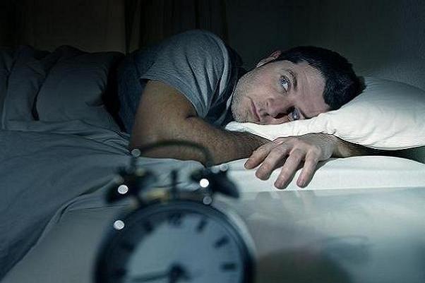تنهایی منجر به بیخوابی شبانه میشود