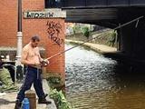 ماهیگیری بیخانمانها از کانال آب