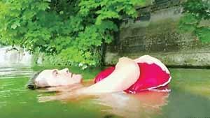 شنا کردن برای دور زدن ترافیک