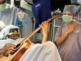 نواختن گیتار در حین جراحی مغز
