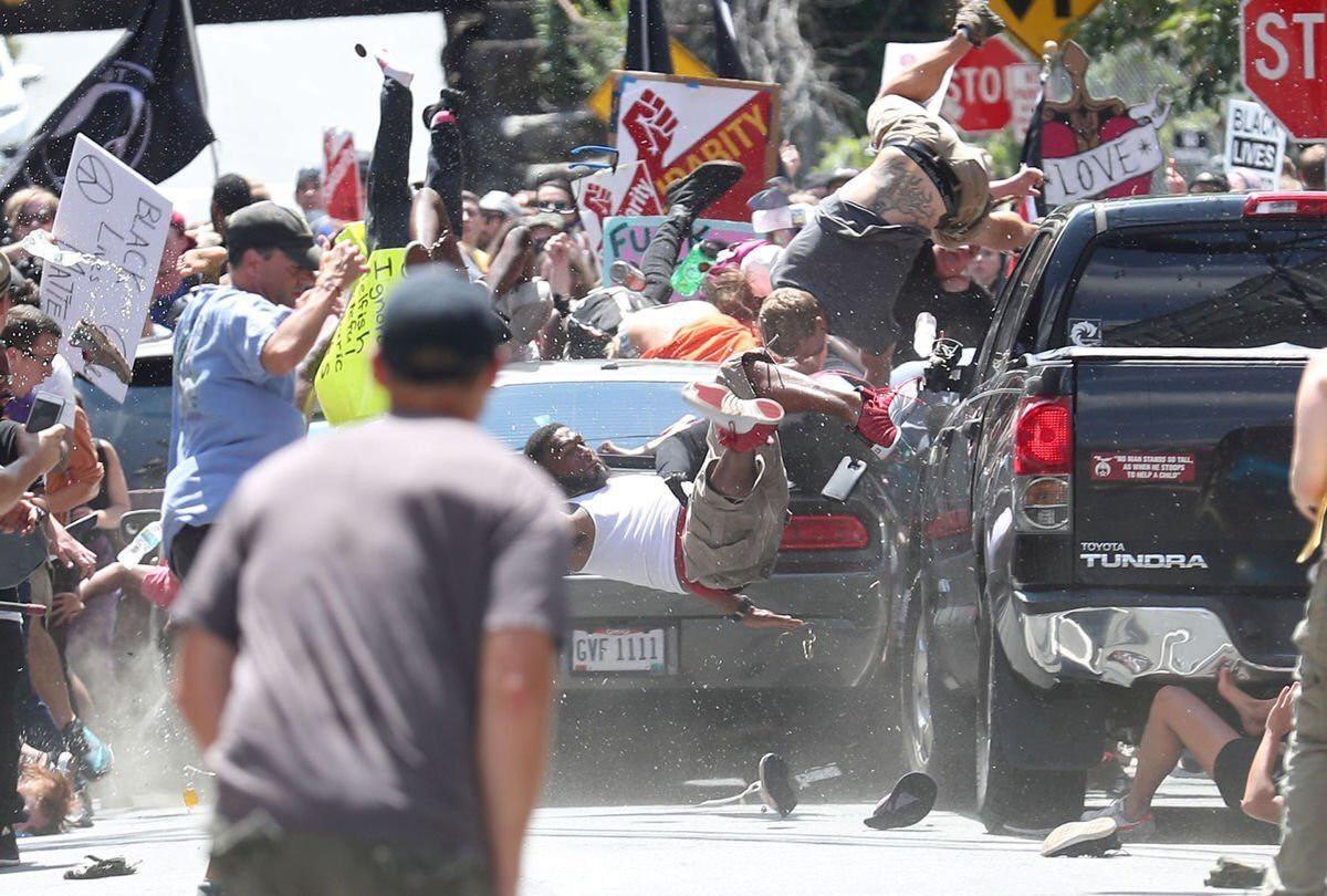 یک کشته و ۲۰ زخمی در تظاهرات نژادپرستان در ویرجینیای آمریکا