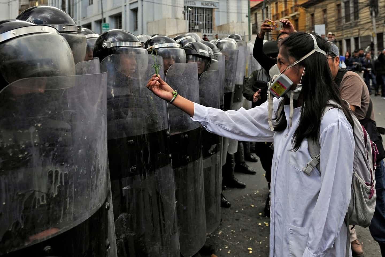 عکس روز | بولیوی؛ گل به پلیس