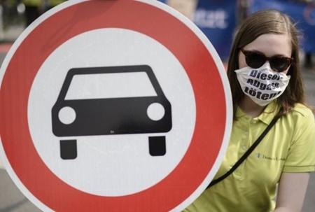 اعتراض نسبت به استفاده از میمون و انسان در آزمایش های دودزایی خودرو
