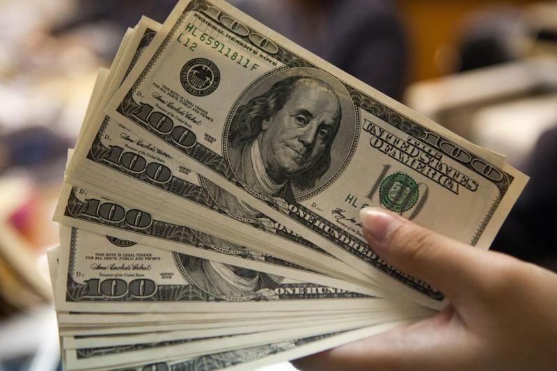 نرخ خرید دلار در بانکها به ۹۹۵۰ تومان رسید