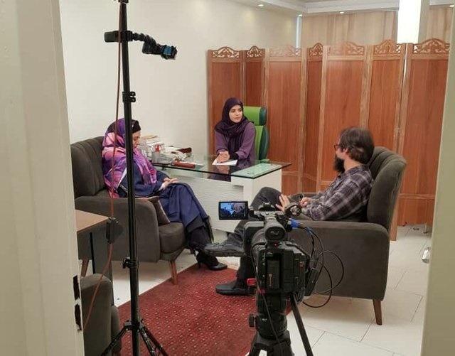 زن و شوهرها در اتاق شیشهای تلویزیون
