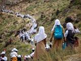 عکس روز   زنجیره انسانی برای امدادرسانی