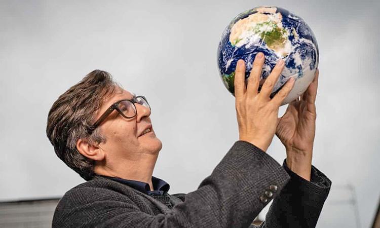 فوتبال بازی کردن با توپ هنری   لگد زدن به یک جهان متفاوت