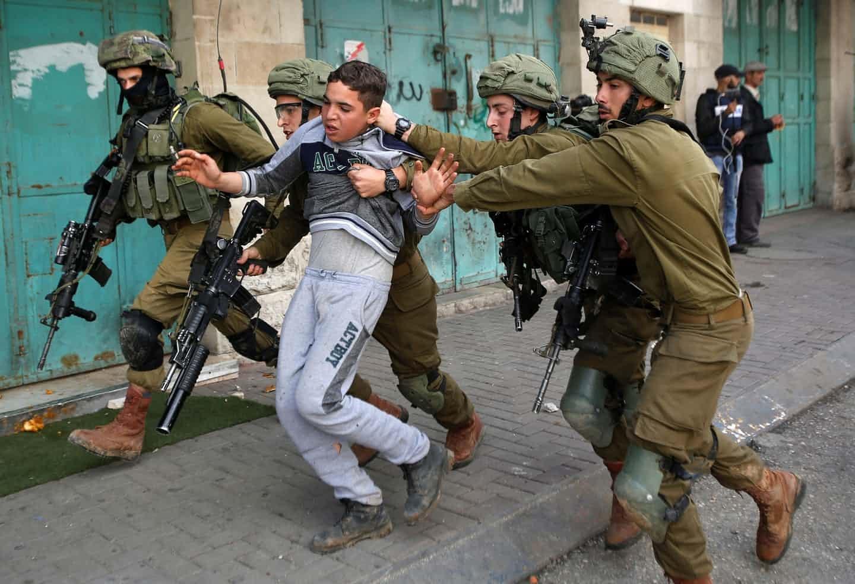 عکس روز:  بازداشت پسربچه فلسطینی