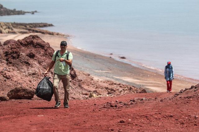 جزیره هرمز  | گرفتاری بطریهای پلاستیکی و ظروف یکبار مصرف