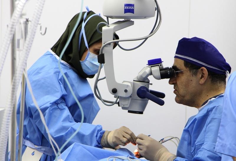 انجام عمل جراحی چشم توسط وزیر بهداشت