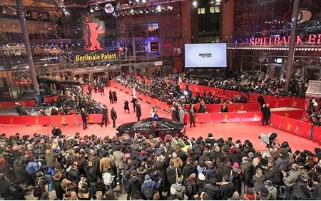 فرش قرمز برلیناله بدون لباس فاخر و پاشنه بلند