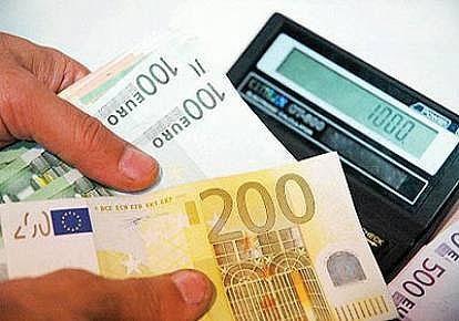 آغاز عرضه عمده اسکناس یورو برای تنظیم بازار
