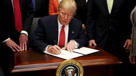 کاخ سفید  و عکس جلسه لغو قانون محدودیت فروش اسلحه به بیماران روانی