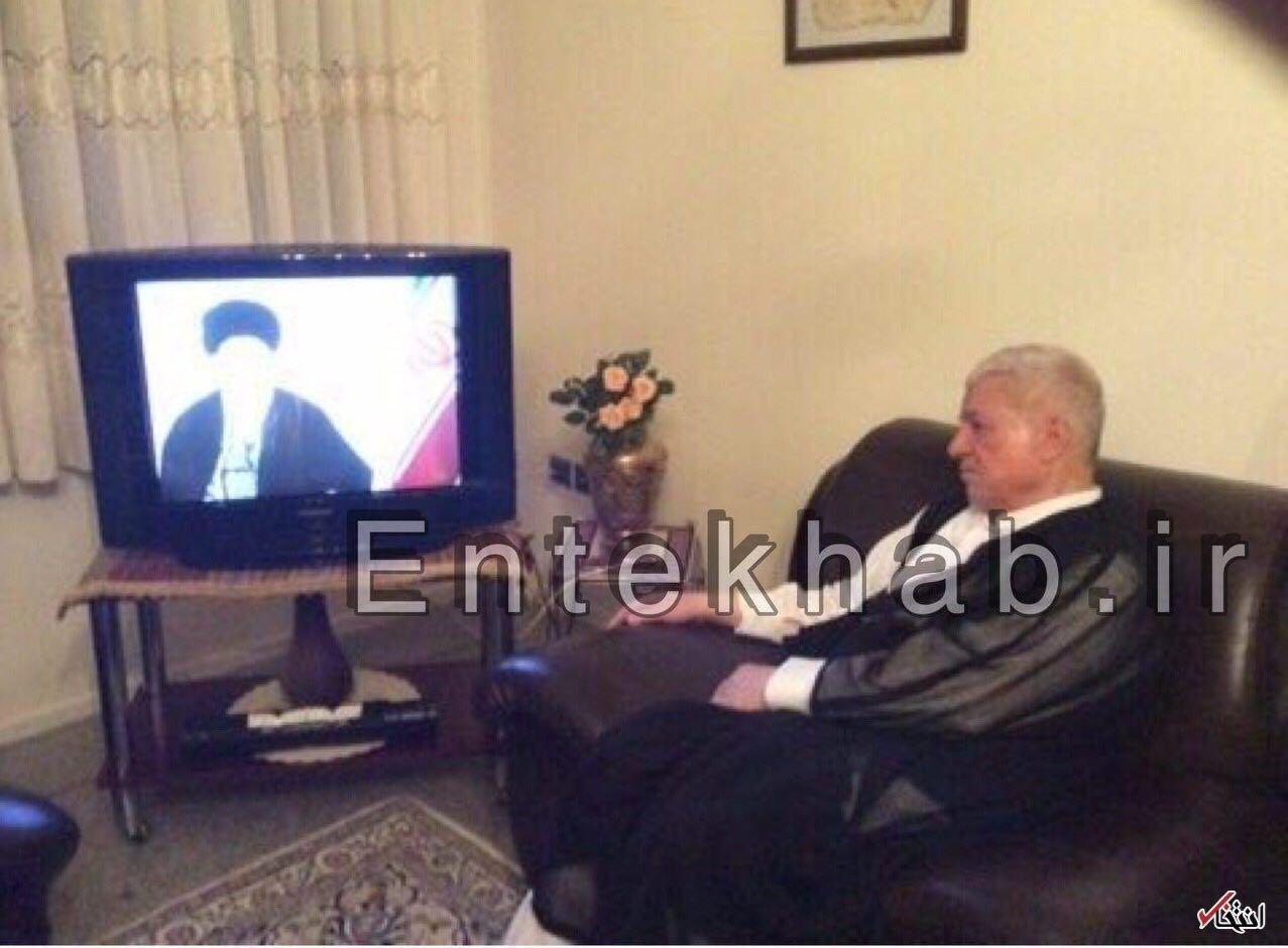 عکسی خاطره انگیز از آیت الله هاشمی در حال تماشای سخنان نوروزی رهبر انقلاب