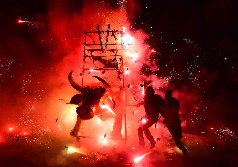 عکس روز: آتشبازی درون گاو کاغذی