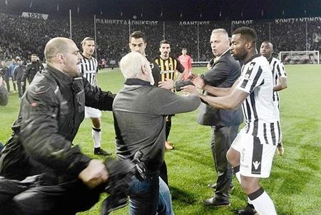 سوپر لیگ فوتبال یونان تعلیق شد | اسلحه کشی  مدیر باشگاه