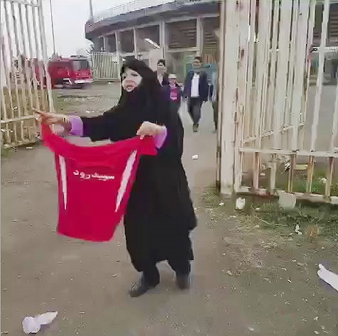 بانوی رشتی ؛ محبوب هواداران سپیدرود | واکنش علی کریمی: باخته و برندهمون هیچ ...
