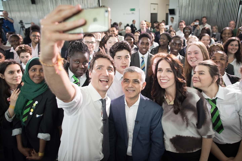 عکس روز: سلفی نخستوزیرها و شهردار