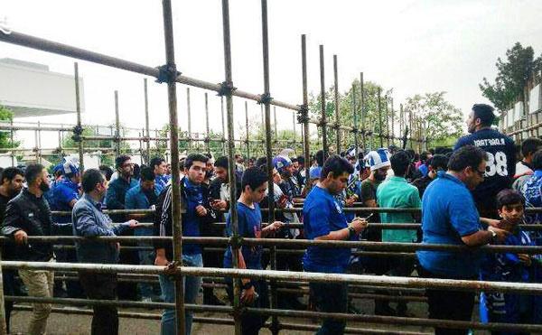 تماشاگران استقلال - الریان بخوانند؛ وسایل ممنوعه از نظر پلیس
