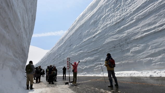 تصاویری از بام ژاپن و عمیقترین جاده برفی جهان