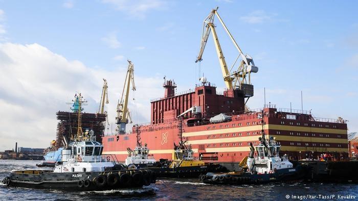 روسیه نخستین نیروگاه هستهای شناور جهان را به آب انداخت
