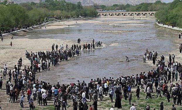 نجات ماهیان گرفتار در گودالهای مسیر رودخانه زایندهرود