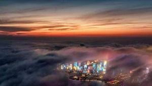 عکس روز: شهری در غروب و مه