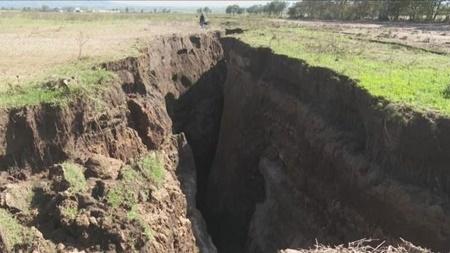 نگرانی مردم کنیا از شکاف عمیقی که یک  شبه در زمین ایجاد شد!