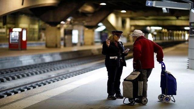 ادامه اعتصاب کارکنان حمل و نقل در فرانسه