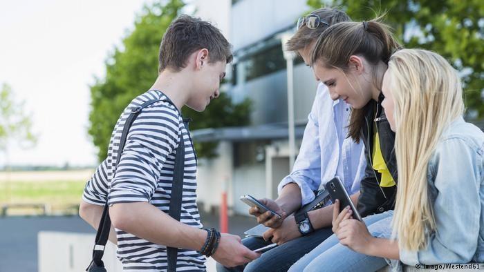 طرح دولت فرانسه برای ممنوع کردن تلفن همراه در مدارس