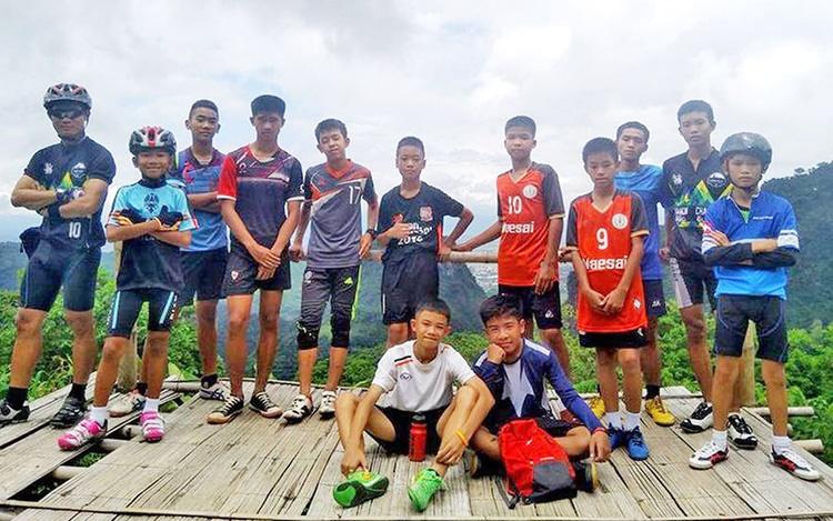 فوتبالیستهای گیرافتاده در غار