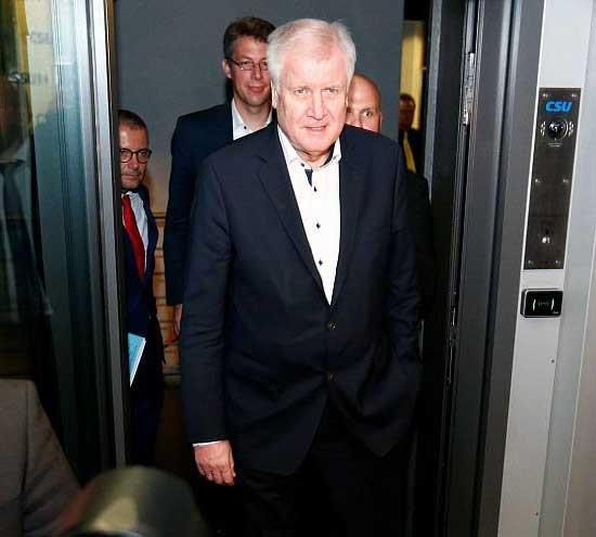بحران سیاسی در آلمان | وزیر کشور استعفا میکند