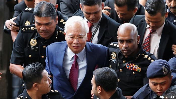 دادگاه نخست وزیر سابق مالزی را به فساد مالی متهم کرد
