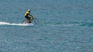 عکس روز: دوچرخهسواری روی آب