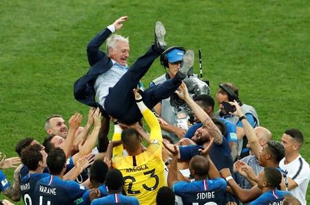 فرانسه برای دومین بار قهرمان جام جهانی شد | خروس ها جام را به خانه بردند
