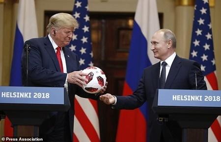 توپ فوتبال اهدایی پوتین به ترامپ در دست بررسی های امنیتی