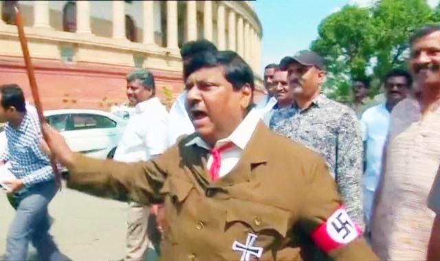 سیاستمدار هندی برای اعتراض به نخست وزیر شبیه هیتلر شد