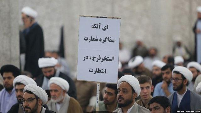 پلاکاردی که تجمع فیضیه را زیر سوال برد | نوشتهای تهدیدآمیز علیه رئیسجمهور