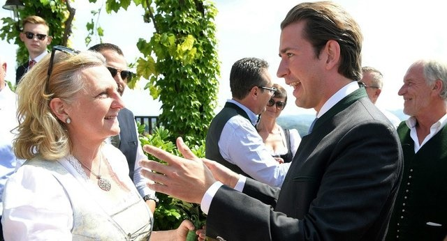 رقص و آواز پوتین در مراسم ازدواج وزیر خارجه اتریش