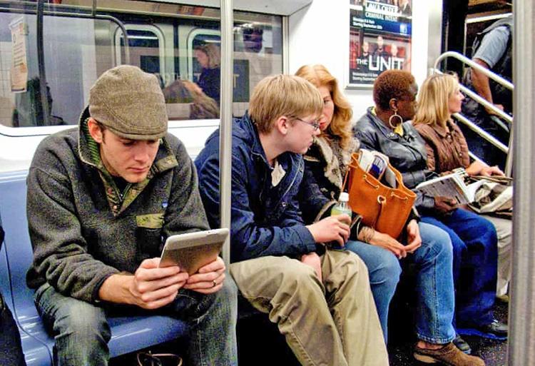 آمریکاییها داستان نمیخوانند | فروش یک میلیون نسخهای کتاب شعر اینستاگرامی