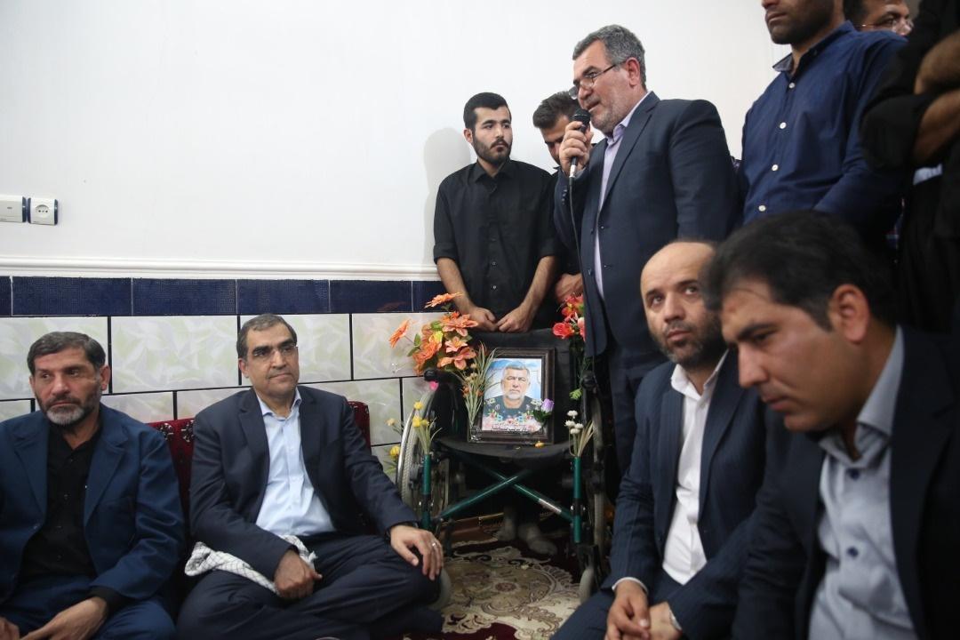 دیدار وزیر بهداشت با خانواده یکی از شهدای حادثه تروریستی اهواز