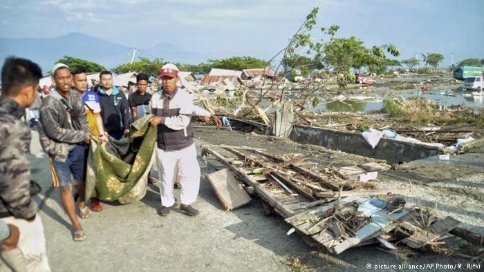 زمینلرزه و سونامی در اندونزی صدها قربانی گرفت
