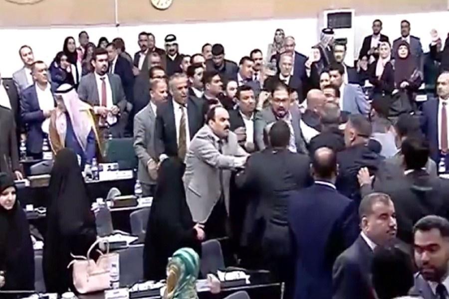 جلسه فوق العاده پارلمان عراق با درگیری فیزیکی آغاز شد