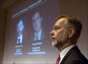 رئیس کمیته نوبل در حال معرفی برگزیدگان نوبل پزشکی